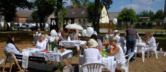 Picknick in Weiß auf dem Friedensplatz