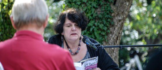 """""""Machandel"""" – Regina Scheer liest unter Apfelbäumen"""